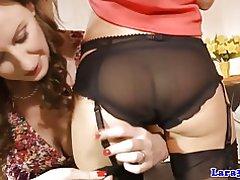 Babes lesbiche feticcio in posa in loro calze di nylon