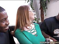 Milf babe kiki daire viene intervistato a dogfart